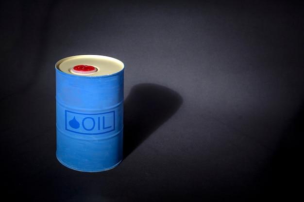 Metalen vat olie met tekst olie