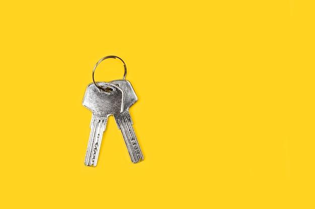 Metalen veilige sleutels op gele achtergrond