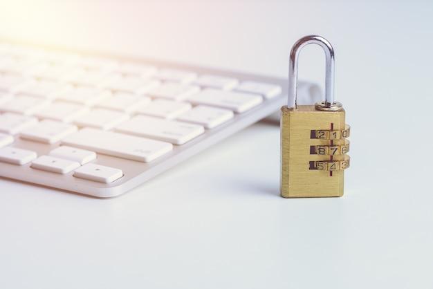 Metalen veiligheidsslot met toegangscode of wachtwoord op computertoetsenbord