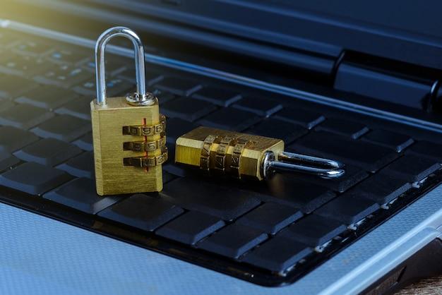 Metalen veiligheidsslot met wachtwoord op computertoetsenbord