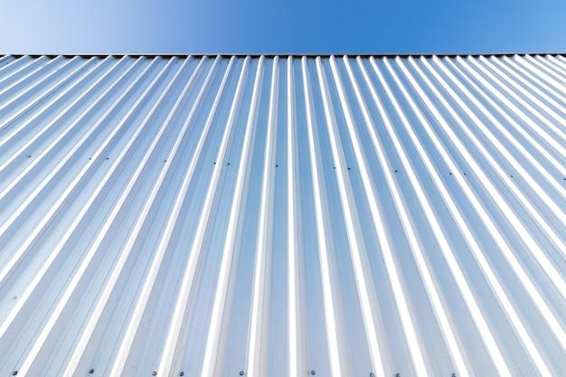 Metalen verticale gestreepte muur