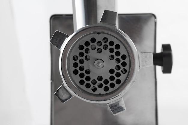 Metalen vleesmolen geïsoleerd op een witte achtergrond close-up