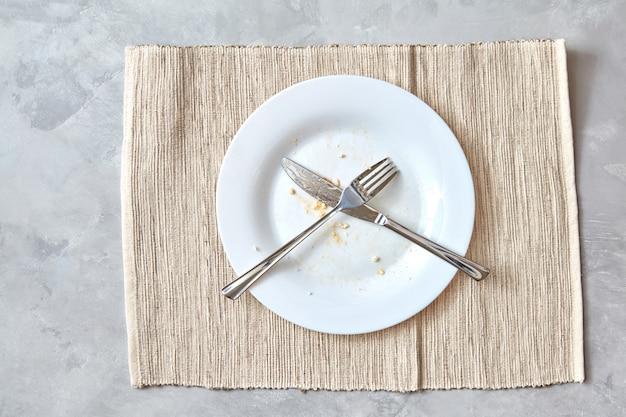 Metalen vork en mes op een stenen tafel. opstelling van bestek na de maaltijd