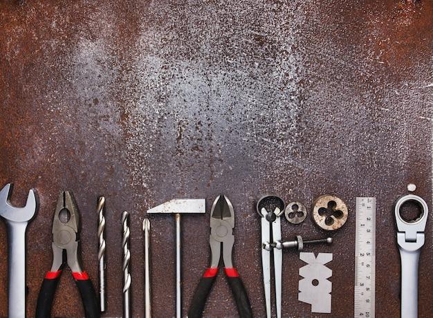 Metalen werkplaatsgereedschap op oud metalen oppervlak