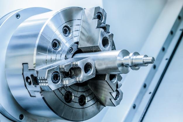 Metalen werkstuk geklemd in de cnc-machine van de draaibankhouder
