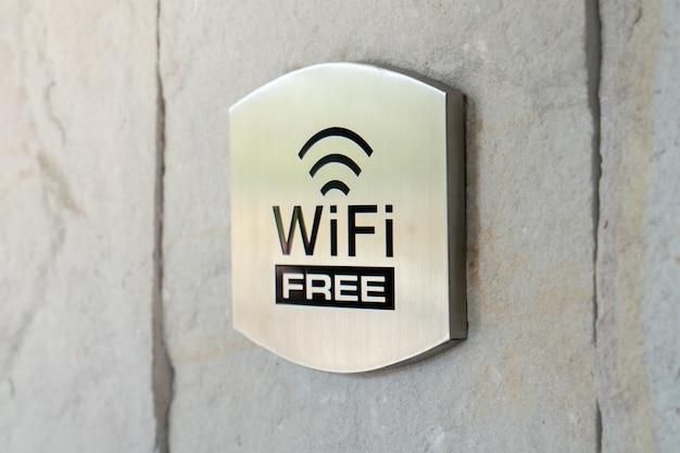 Metalen wifi-bord in het hotel
