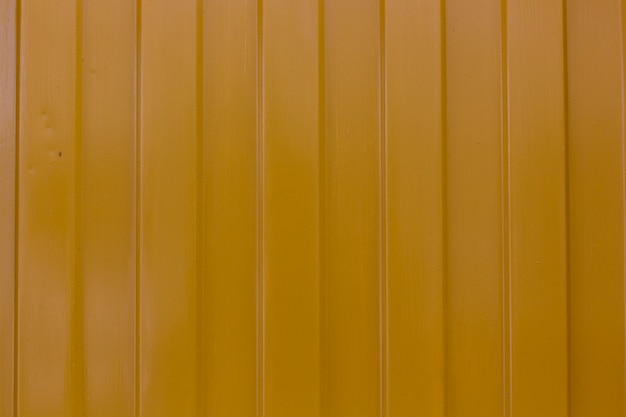 Metallic geel oppervlak met verticale strepen textuur achtergrond
