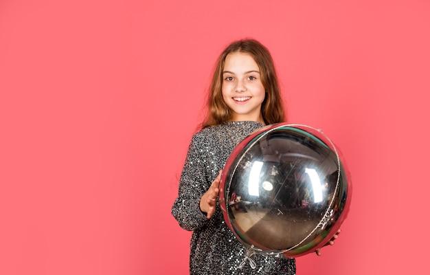 Metallic glanzend. verjaardag meisje. gelukkig kind vieren verjaardag. klein kind houdt luchtballon vast. verjaardag jubileumviering. kopieer ruimte voor verjaardagsfeestjes. glans helder als diamant. zilveren decor.