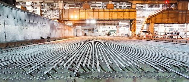 Metallurgische industrie. walserij. de klep wordt gekoeld na het rollen.