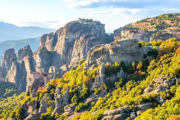 Meteora rock kloosters op een zonnige zomerdag