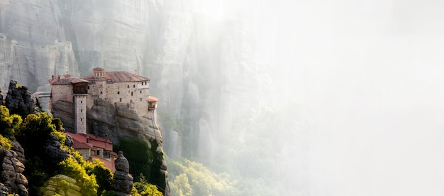 Meteoren kloosters in griekenland in het hooggebergte, bij de zonsondergang