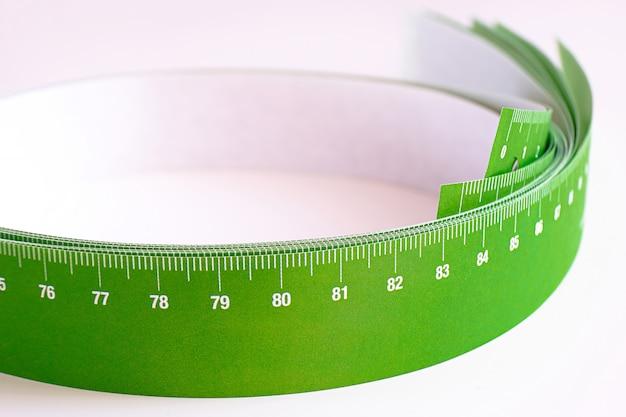 Meterband voor het meten gerold in een rol, op een licht
