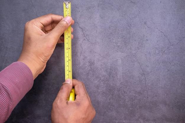 Metingen op een hout met een meetlint tools.