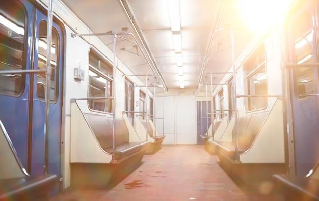 Metro auto met lege stoelen. lege metro auto.