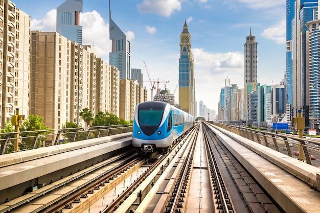 Metro in dubai, stad van de verenigde arabische emiraten