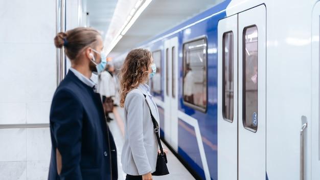 Metro-passagiers staan op veilige afstand op het perron