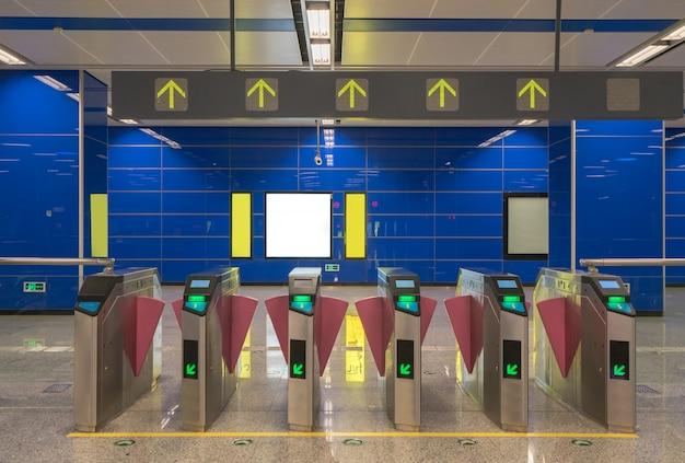 Metro postingang in chongqing, china