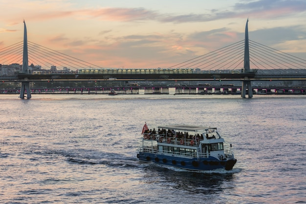 Metrobrug door gouden hoorn in istanboel, turkije