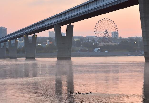 Metrobrug over de ob in novosibirsk 's werelds grootste metrobrug op vvormige pieren