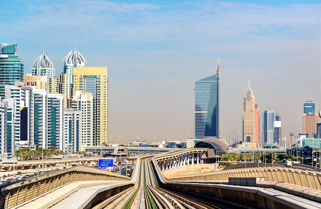 Metrolijn in de wijk jumeirah van dubai, verenigde arabische emiraten