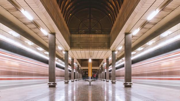 Metrostation en twee ondergrondse treinen in beweging