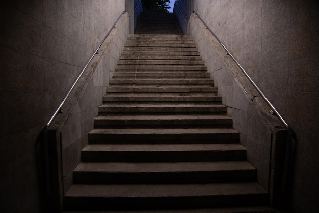 Metrotrap gaat omhoog. architectonische interieurs ondergronds.