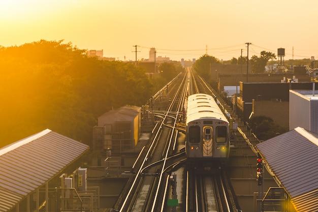 Metrotrein bij zonsondergang in chicago