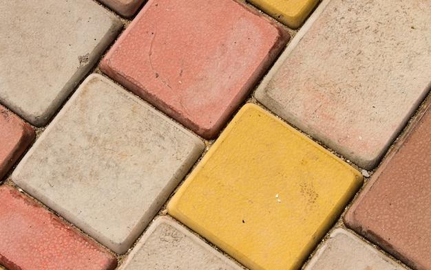 Metselwerk van gekleurde straatsteen. detailopname