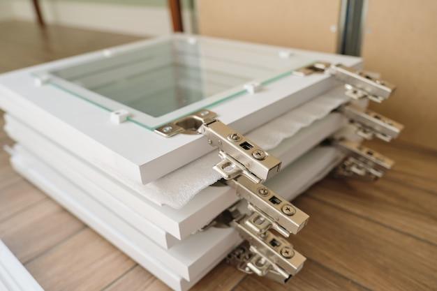 Meubel details close-up, installatie van kast glazen deuren close-up