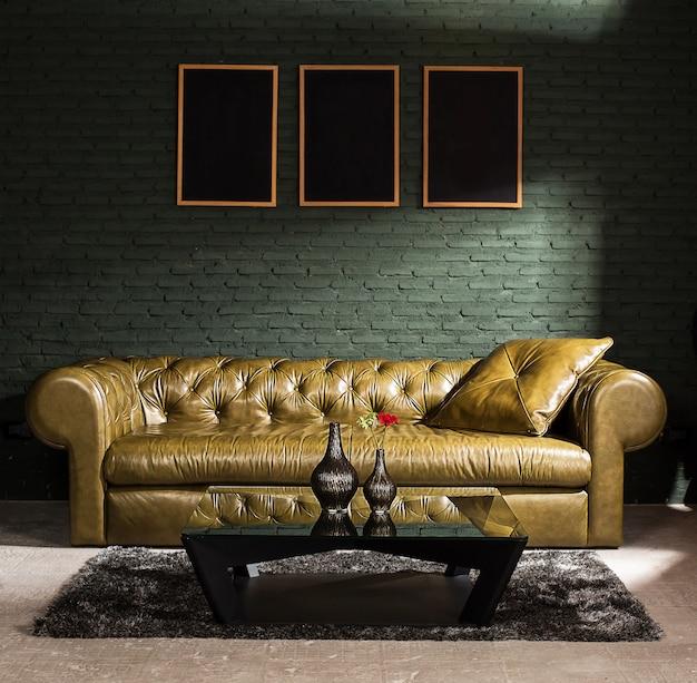 Meubels en betonnen muur met spotverlichting, ondiepe scherptediepte, focus op bruine bank.