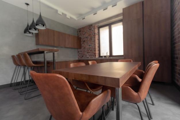 Meubels in moderne stijlvolle eetkamer