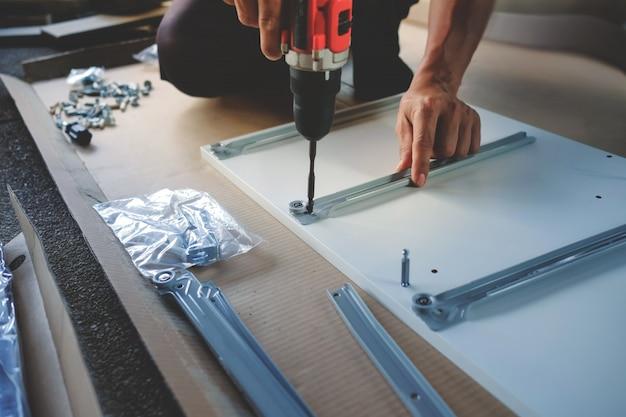 Meubels thuis monteren. verhuizen naar een nieuw huis of een doe-het-zelf-concept