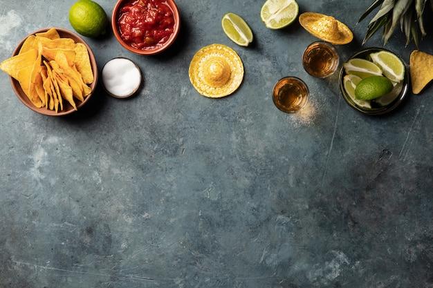 Mexicaans eten en tequila shots, platliggend