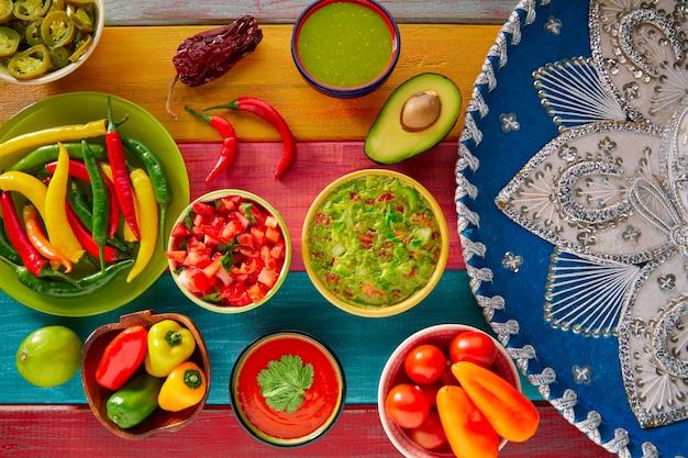 Mexicaans eten gemengde guacamole nachos chili saus