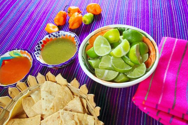 Mexicaans eten gevarieerd chili sauzen nachos citroen