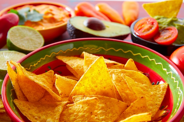 Mexicaans eten nachos en guacamole chili saus