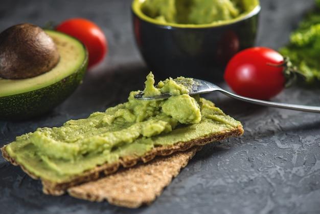 Mexicaans koud voorgerecht gemaakt van gepureerde avocadopulp met brood en groenten