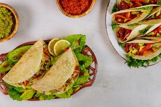 Mexicaans lekker eten zachte tortilla gevuld met groene salade en vlees