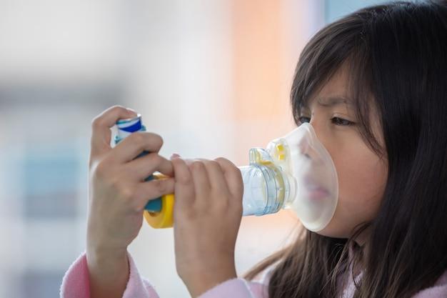 Mexicaans meisje met ademhalingsfalen met behulp van inhalator