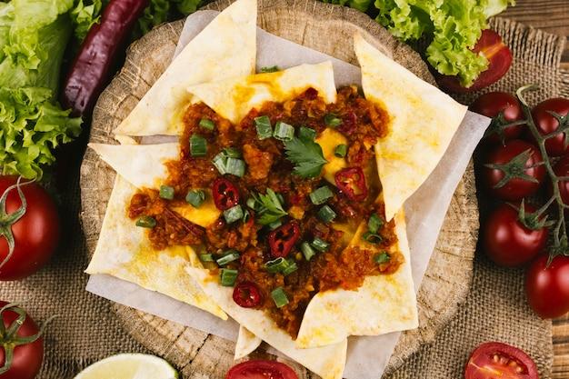 Mexicaans pittig eten en nacho's bovenaanzicht