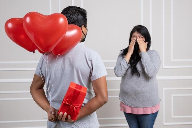 Mexicaans stel op valentijnsdag, met gezichtsmasker vanwege covid 19 nieuw normaal