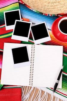 Mexicaanse achtergrond met schrijfboek of fotoalbum, lege fotoprints