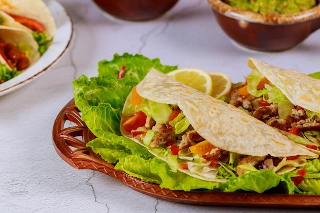 Mexicaanse bloemtortilla gevuld met sla, vlees en kaas