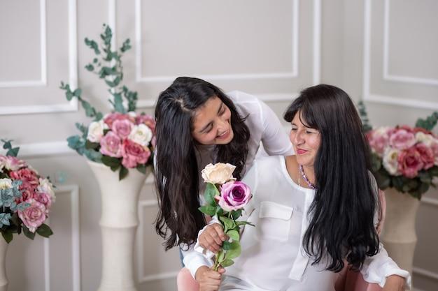 Mexicaanse dochter bezorgt haar moeder een cadeau op moederdag