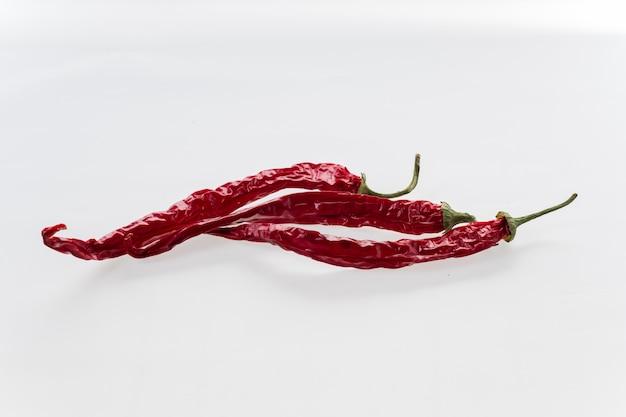 Mexicaanse gedroogde rode spaanse peperspeper op witte achtergrond