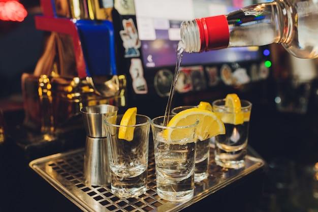 Mexicaanse gold tequila met limoen en zout op zwart