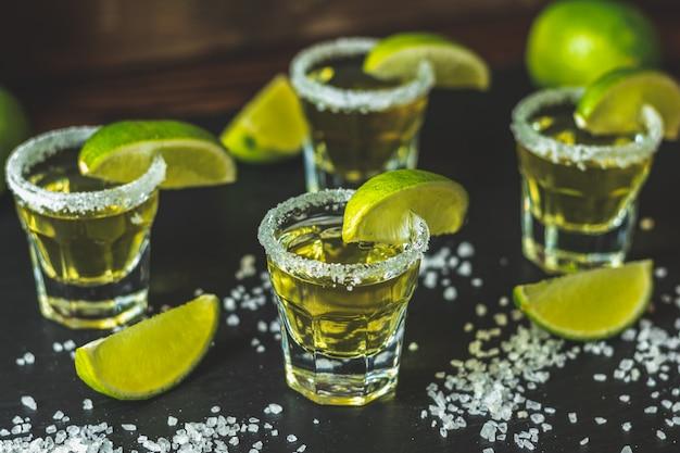 Mexicaanse gouden tequila geschoten met limoen en zout