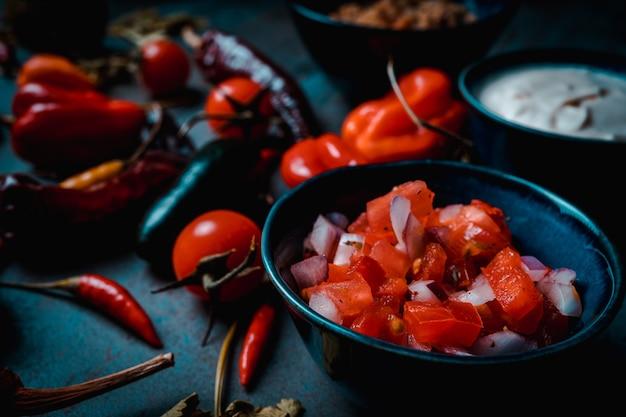 Mexicaanse groenten in donkere voedselstijl pico de gallo