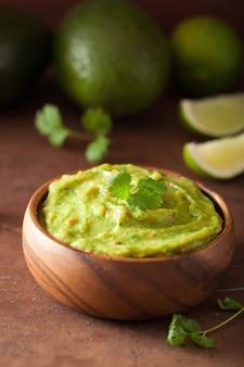 Mexicaanse guacamole dip en ingrediënten