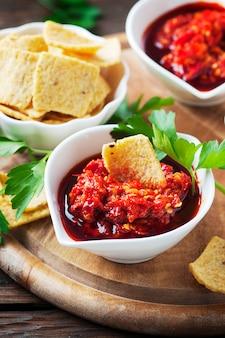 Mexicaanse hete salsa met chili pepers, selectieve aandacht